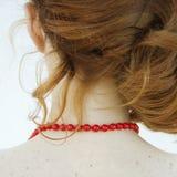 红色项链。后面看法。 库存图片