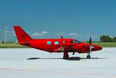 红色飞机侧视图  免版税库存照片