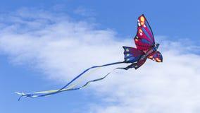 红色飞行的风筝 库存图片