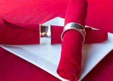红色餐巾,当板材时 免版税库存图片