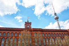 红色香港大会堂和柏林电视塔在柏林 免版税库存图片