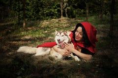 红色骑马兜帽和狼 免版税库存图片