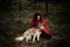 红色骑马兜帽和狼 免版税图库摄影