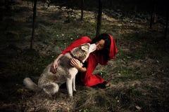 红色骑马兜帽和狼 图库摄影