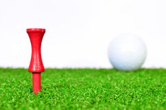 红色高尔夫球发球区域 库存图片