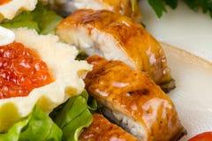 红色鱼子酱、沙拉和白色鱼 库存图片