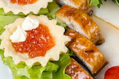 红色鱼子酱、沙拉和鱼,在上面的照片 库存照片