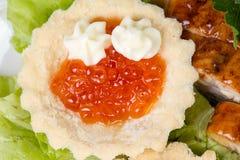 红色鱼子酱、沙拉和鱼 图库摄影