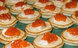 红色鱼子酱和酸性稀奶油在薄煎饼 可口的开胃菜 俄国全国烹调 免版税图库摄影