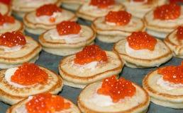 红色鱼子酱和酸性稀奶油在薄煎饼 可口的开胃菜 russ 库存图片