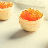 红色鱼子酱果子馅饼,在明亮的背景的开胃菜点心 免版税库存照片