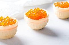 红色鱼子酱果子馅饼,在明亮的背景的开胃菜点心 免版税库存图片
