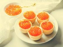 红色鱼子酱果子馅饼,在明亮的背景的开胃菜点心 库存图片