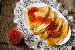 红色鱼子酱用薄煎饼 免版税库存图片