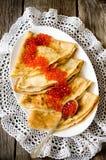红色鱼子酱用薄煎饼 免版税图库摄影