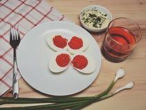红色鱼子酱用鸡蛋 免版税库存照片