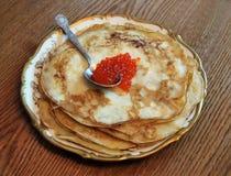 红色鱼子酱的薄煎饼 图库摄影