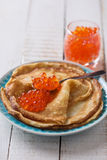 红色鱼子酱的薄煎饼 免版税库存图片