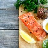 红色鱼用柠檬和蓬蒿 库存照片