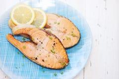 红色鱼用柠檬 免版税库存图片