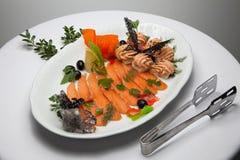 红色鱼盘用橄榄 免版税库存图片