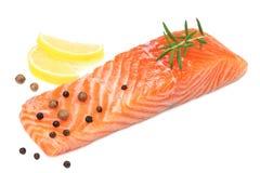 红色鱼 有迷迭香和柠檬孤立的未加工的三文鱼内圆角在白色背景 免版税库存图片