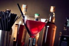 红色鸡尾酒到与冰和秸杆的一块玻璃里 库存图片