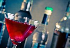 红色鸡尾酒到与冰的一块玻璃里 免版税库存照片