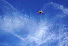 红色黄色伞身飞行衬托 库存图片