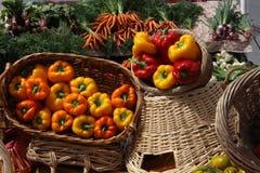 红色黄色喇叭花篮子以子弹密击菜在市场上 库存图片