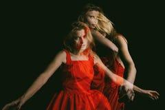 红色黑背景的加工好的妇女 三倍曝光 概念性原始的创造性的情感照片隐喻 库存照片