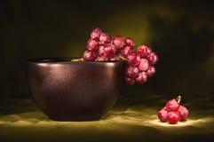红色黑色碗的葡萄 库存照片