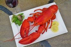 红色龙虾、柠檬和酒 库存照片