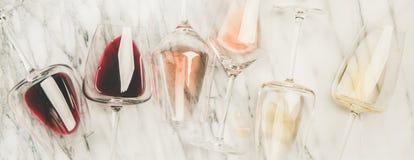 红色,在玻璃的玫瑰色,白酒和拔塞螺旋,宽构成 免版税图库摄影