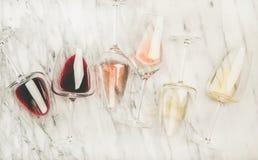 红色,在玻璃的玫瑰色,白酒和拔塞螺旋 库存图片