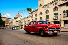 红色,在老哈瓦那古巴路的老美国古典汽车  库存图片