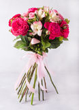 红色,桃红色玫瑰和桃红色牡丹,德国锥脚形酒杯花束  与五颜六色的花的静物画 新鲜的玫瑰 安置文本 花 免版税库存照片