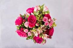 红色,桃红色玫瑰和桃红色牡丹,德国锥脚形酒杯花束  与五颜六色的花的静物画 新鲜的玫瑰 安置文本 花 免版税库存图片