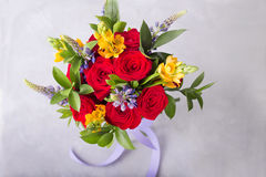 红色,桃红色玫瑰花束  与五颜六色的花的静物画 新鲜的玫瑰 安置文本 花概念 新鲜的春天花束 S 免版税图库摄影