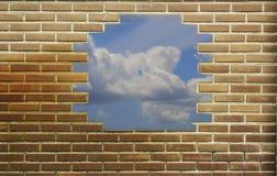 红色,棕色砖墙构造了背景和天空 免版税库存图片