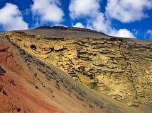 红色,橙色和黄色小山El Golfo火山的火山口的拉古纳Verde (绿色盐水湖) 免版税库存图片