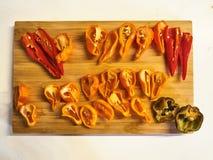 红色,橙色,黄色和黑胡椒的混合的射击 免版税库存照片