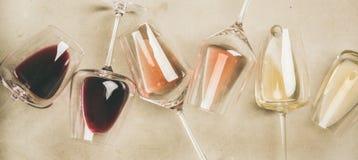 红色,玫瑰和白酒在玻璃,宽构成 图库摄影