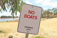 红色,白色和不要染黑小船,游泳区域标志 免版税库存照片