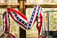 红色,白色和最高荣誉在战争纪念建筑 免版税库存照片