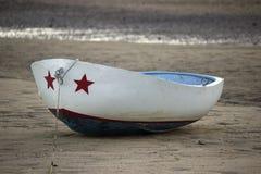 红色,白色和蓝色小船 免版税库存图片