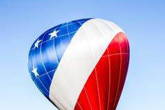 红色,白色和蓝色热空气气球 免版税库存图片