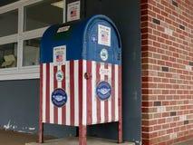 红色,白色和蓝色美国国旗存放处箱子 免版税库存图片