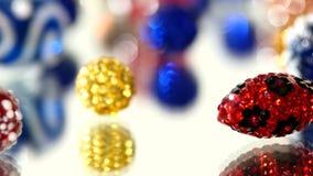 红色,蓝色,黄色和其他颜色在白色成串珠状 股票视频