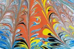 红色,蓝色,黄色和黑颜色的组合的抽象例证在线的一个白色基于,混乱样式的 免版税库存图片